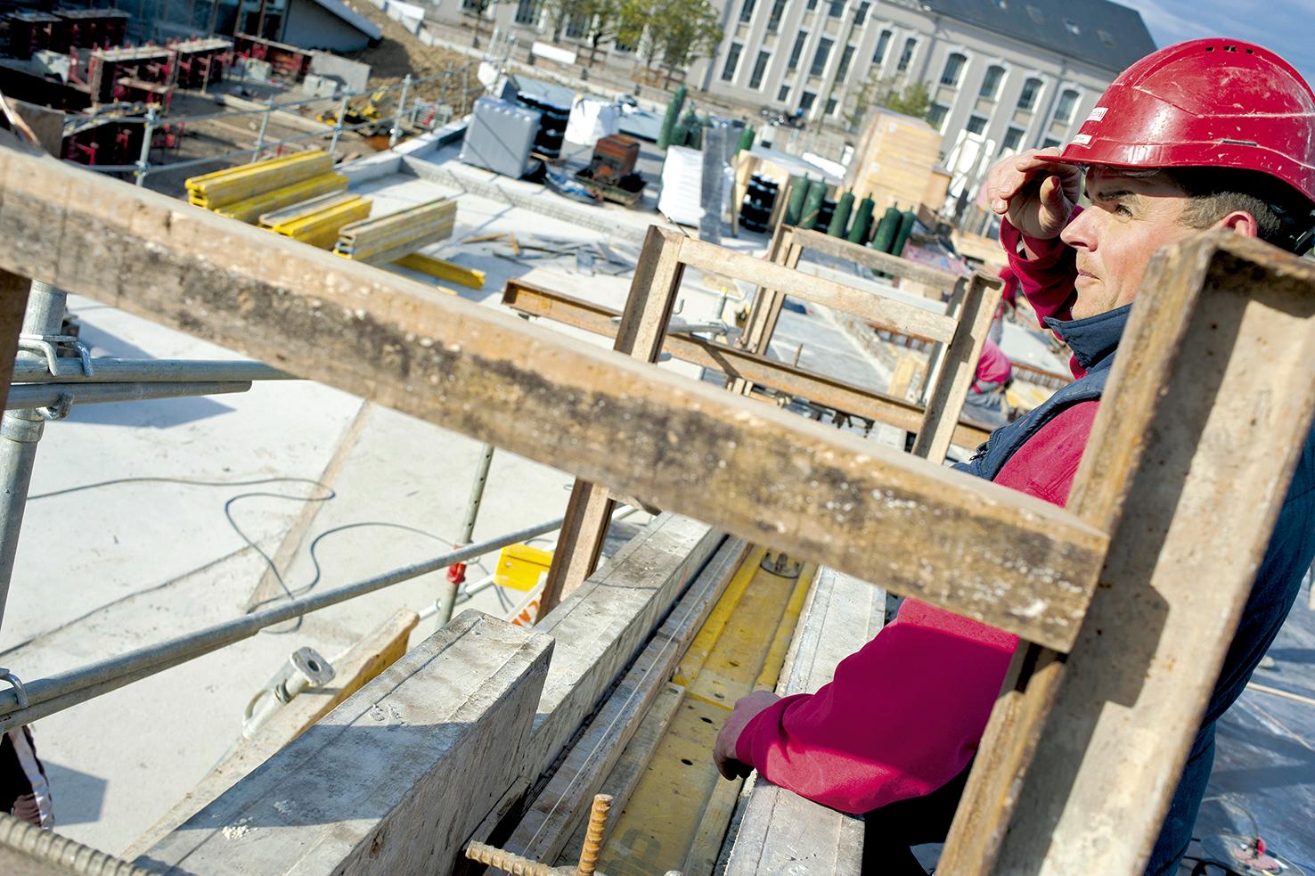 Gros oeuvre : coulage du béton d'un muret de bordure du toit